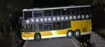 Un sofer reuseste sa intoarca un autobuz cu cabina dubla, la 180 grade