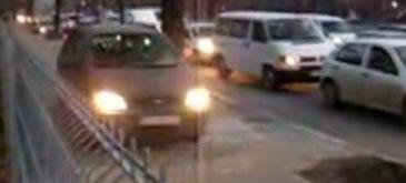 Traficul din Bucuresti (2) sofer idiot pe trotuar