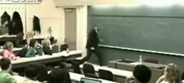 Profesorul nervos distruge un laptop