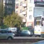 Cu masinuta printre liniile de tramvai