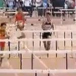 Un campion al cursei de 100 metri (printre) garduri