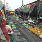 In Thailanda, trenurile trec prin piata