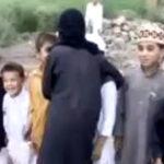 Copiii pakistanezi se joaca de-a teroristii sinucigasi