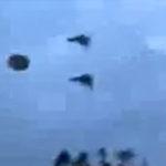 Doua avioane escorteaza un OZN