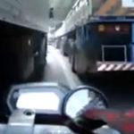 Sa conduc printre doua camioane…..