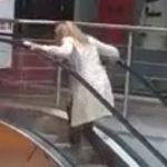 O blonda pe scarile rulante