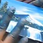 Un artist picteaza doar cu degetele