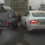 Un duel intre o Lada si un Audi A7