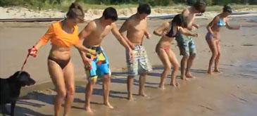 Distractie pe malul apei