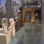 """O statuie """"o ia la fuga"""" printr-un muzeu"""