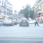Un mosneag trecea strada….