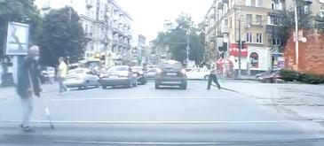 Un mosneag trecea strada