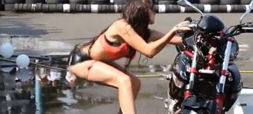 Asa se spala o motocicleta