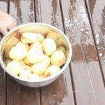 Practic (14): Cum sa cureti rapid cartofii