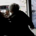 Reclama cu zombie din statia de autobuz