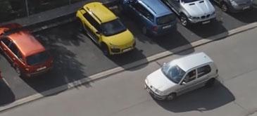 Femeia la volan (65) – Sunt blonda, stiu sa parchez!
