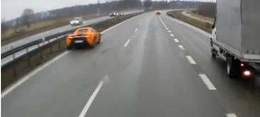Motivul pentru care acest McLaren se izbeste de panoul lateral