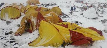 Loviti de avalansa pe Everest