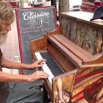 Un om fara adapost canta la pian