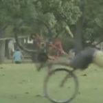 Asa poti enerva un hot de biciclete