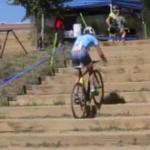 Asa se urca scarile cu bicicleta….