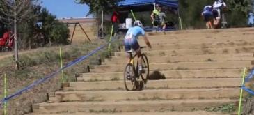 Asa se urca scarile cu bicicleta