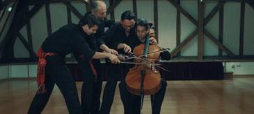 Patru oameni canta la un singur violoncel
