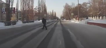 Un rus trecea strada