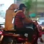 Un tip si un caine calare pe un scuter