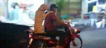 Un tip si un caine calare pe scooter